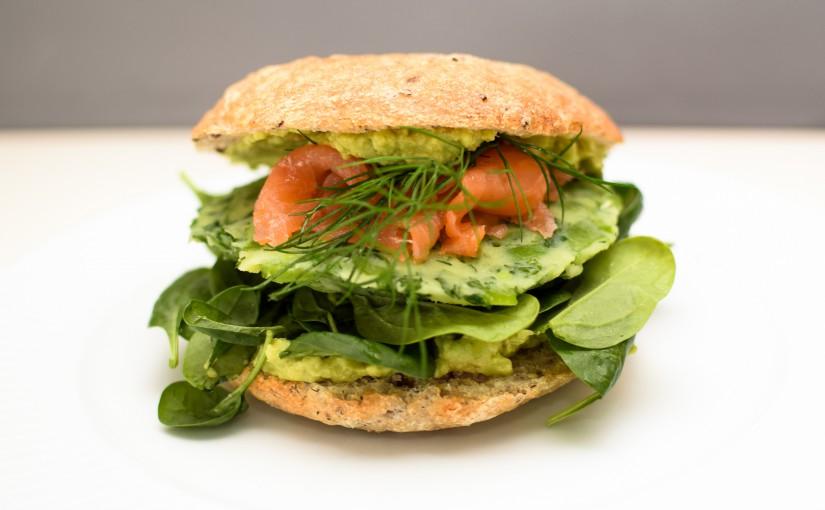 """Lakseburger med """"kartoffelbøf"""" og avocado"""