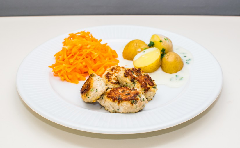 Kyllingefrikadeller med råkostsalat og sund persillesovs