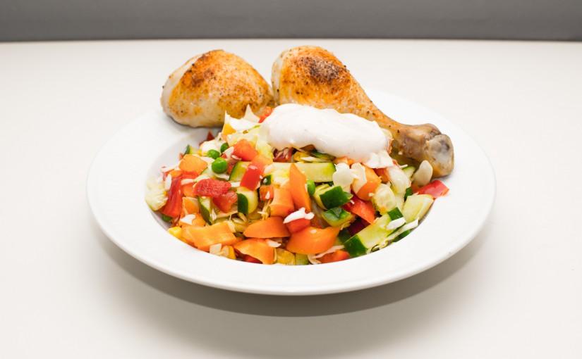 Grov salat med skyrdressing og kyllingelår