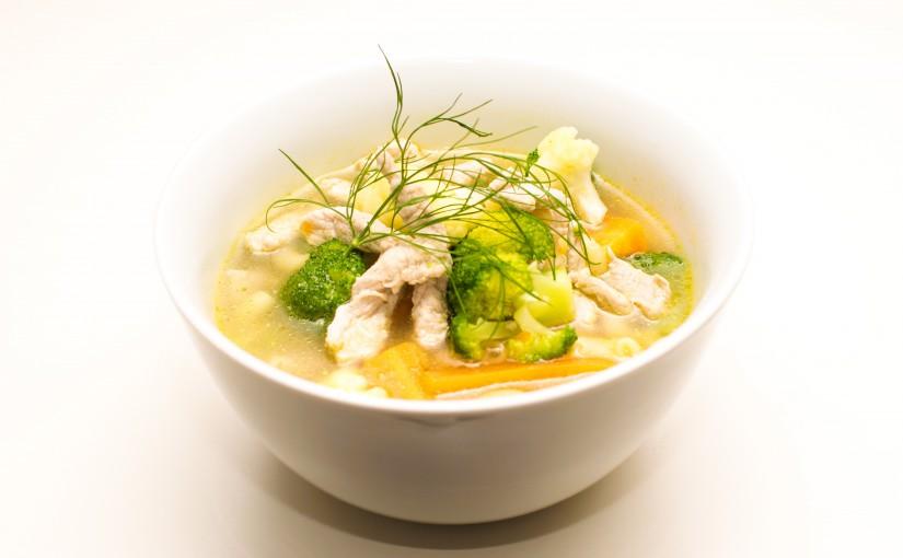 Sommersuppe med skinkestrimler og suppegrønt