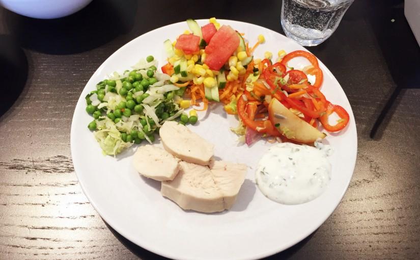 Dagens frokost: dampet kylling med spidskål, ærter og løg