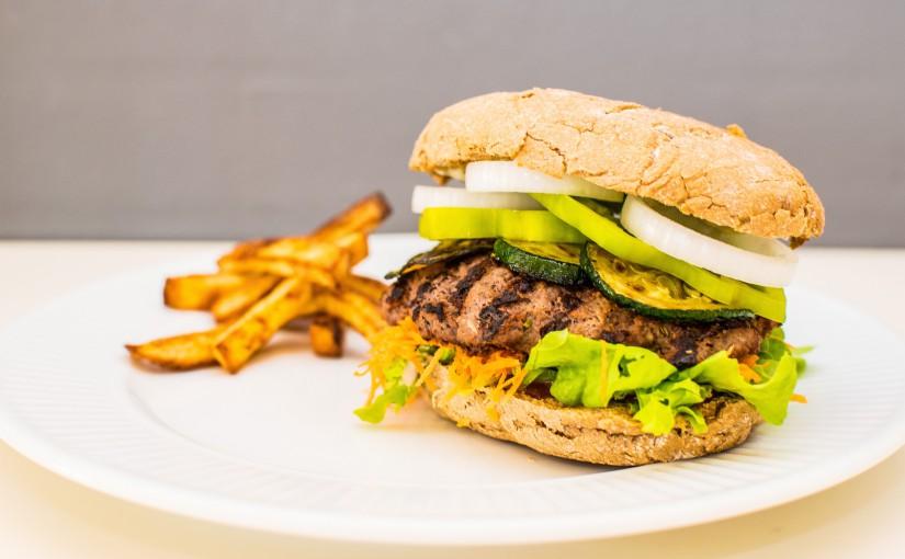 Lækker opskrift på anderledes burger med hjemmelavede pommes frites