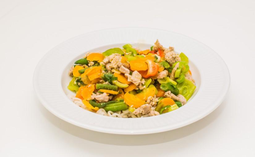 Lynstegte grøntsager med svinestrimler og grøn karry